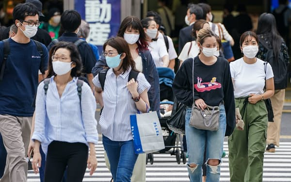 重症化リスクの高い年齢層への感染拡大が懸念される(29日、東京都新宿区)