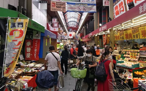 黒門市場が開いたワンコイン市はにぎわいを見せた(18日、大阪市)