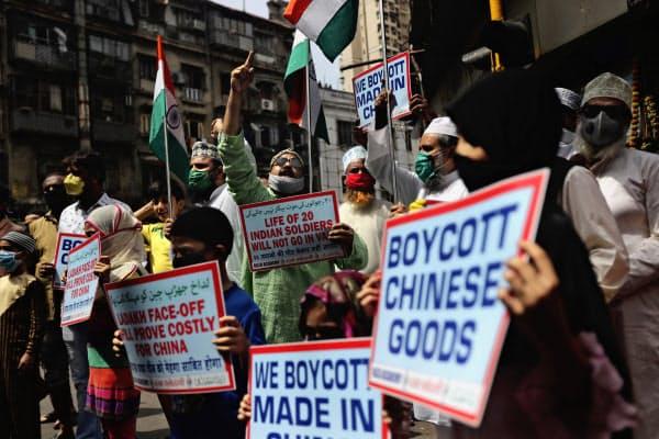 インドは中国企業の締め出しを強めている(6月20日、ムンバイ)=AP