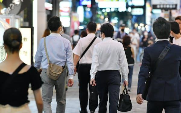 大阪・ミナミの繁華街を歩く人たち(29日)