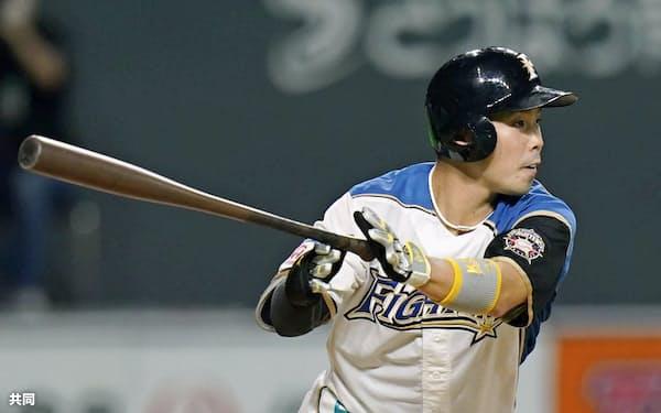 7回日本ハム1死二塁、近藤が右前に勝ち越し打を放つ(29日、札幌ドーム)=共同