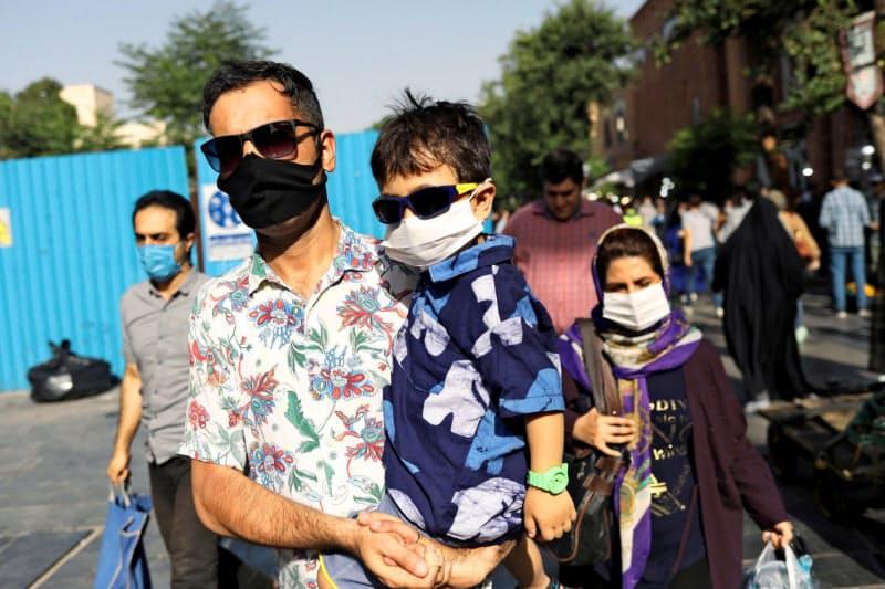 イランでは新型コロナの感染が再拡大している(6月、テヘラン)=ロイター
