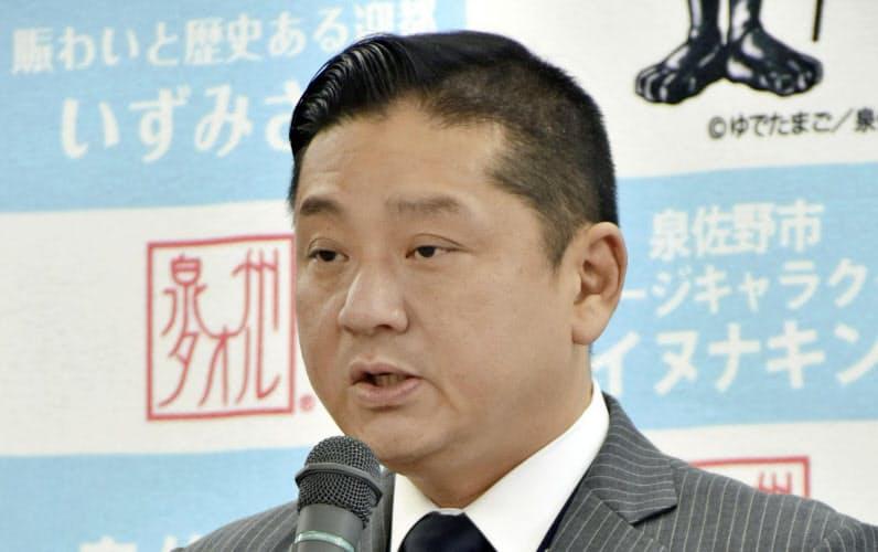大阪府泉佐野市で記者会見する千代松大耕市長(30日午前)=共同