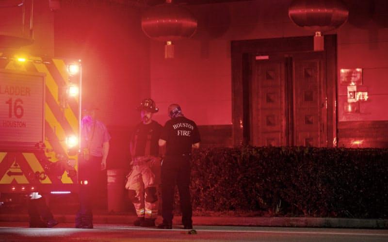 米ヒューストンの中国総領事館に駆けつけた消防隊=AP