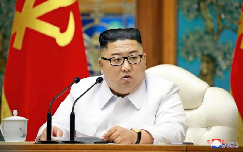 北朝鮮の対米戦略には迷いがみられる。25日、平壌での朝鮮労働党政治局非常拡大会議に出席した金正恩委員長=朝鮮中央通信・共同