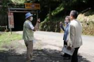 説明を受ける三日月知事(右)と杉本知事(中)(福井県南越前町の山中トンネル)