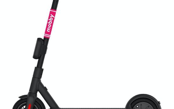 時速20キロ程度の速度が出る電動キックスケーターは、手軽な移動手段として注目が集まっている=警察庁提供