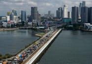 シンガポールとマレーシアを結ぶ道路では渋滞が頻発していた(新型コロナの影響で国境が閉鎖される前の3月に撮影)=ロイター