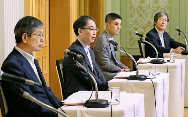 討論する(左から)水野、加藤、美和、小峰の各氏(30日、名古屋市中村区)