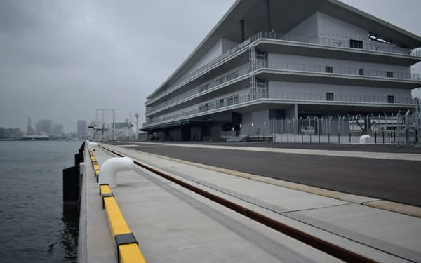 430メートルの岸壁を持つ新ターミナルはほぼ完成したものの、開業には至っていない(29日、東京都江東区)