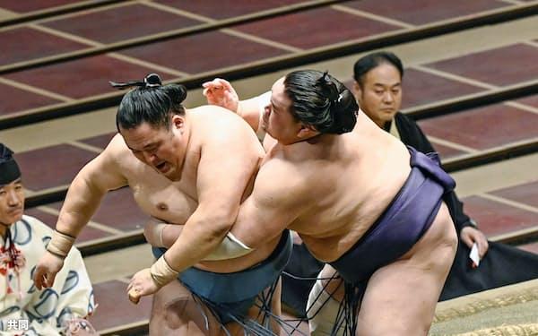 照ノ富士(右)が寄り切りで玉鷲を破る(30日、両国国技館)=共同