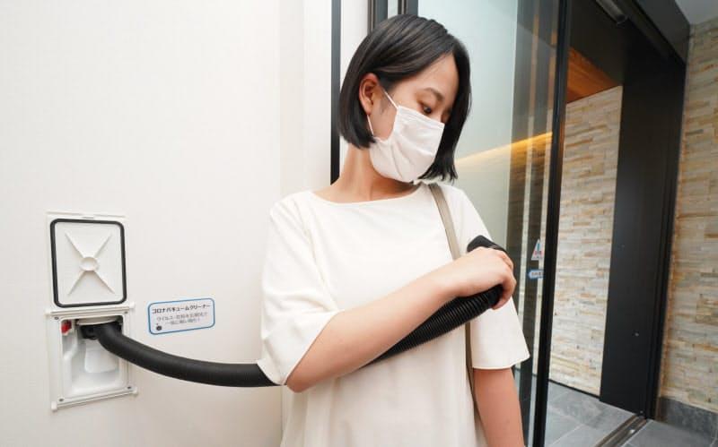 玄関の掃除機で家に入る前に洋服のごみやウイルスを排出できる(埼玉県久喜市の「アキュラホーム」)