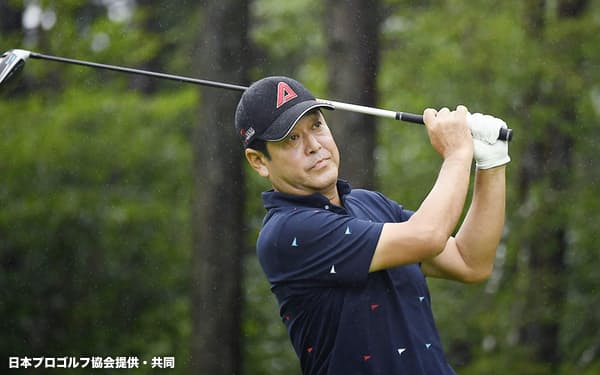 第1日、首位に立った柳沢伸祐(30日、朝霧CC)=日本プロゴルフ協会提供・共同