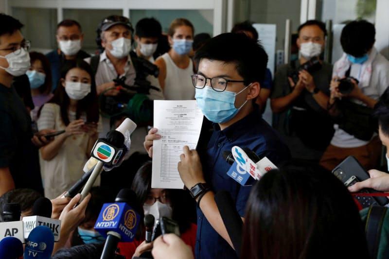 香港政府は民主活動家の黄之鋒(ジョシュア・ウォン)氏らの立候補資格を認めなかった(20日、香港)=ロイター