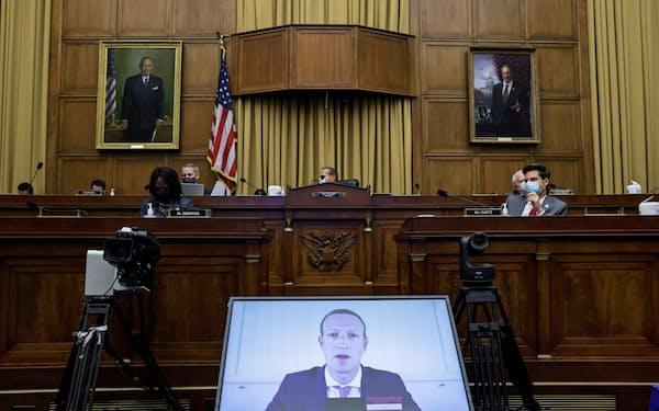 フェイスブックのザッカーバーグCEO(下)らは米議会下院の公聴会にオンライン形式で出席した(29日、ワシントン)=ロイター