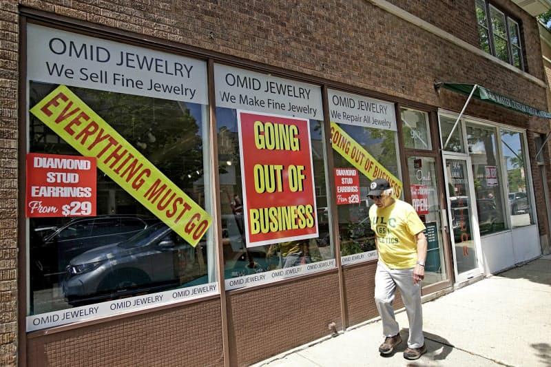 米国で失業保険の申請件数が再び増えている (閉鎖するイリノイ州の店舗)=AP