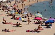 スペインは経済活動の再開で感染が急拡大している(30日、バルセロナ)=ロイター