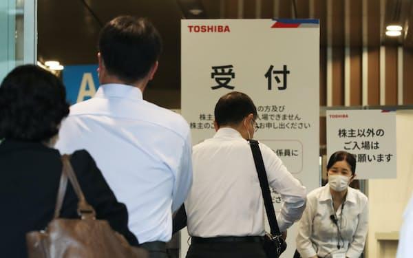 東芝の株主総会に向かう株主ら(31日午前、東京都新宿区)