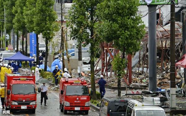 爆発が起きた飲食店の跡地で、現場検証する捜査員ら(31日午前、福島県郡山市)=共同