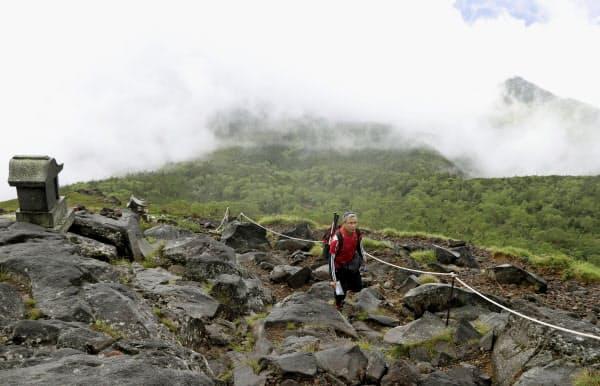 御嶽山への慰霊登山で、王滝山頂に向かう被災者家族(31日午前、長野県王滝村)=共同