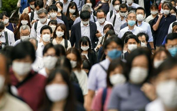 マスク姿で通勤する人たち(7月16日、東京都中央区)