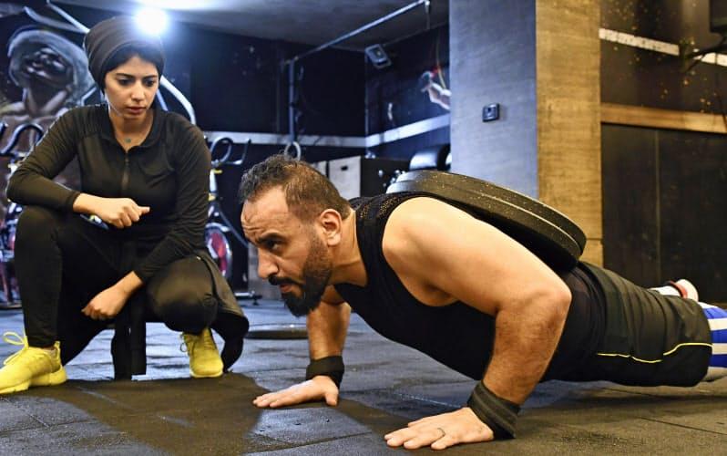 トレーニングするアミール・アワドさん=右(エジプト・アレクサンドリア)=共同