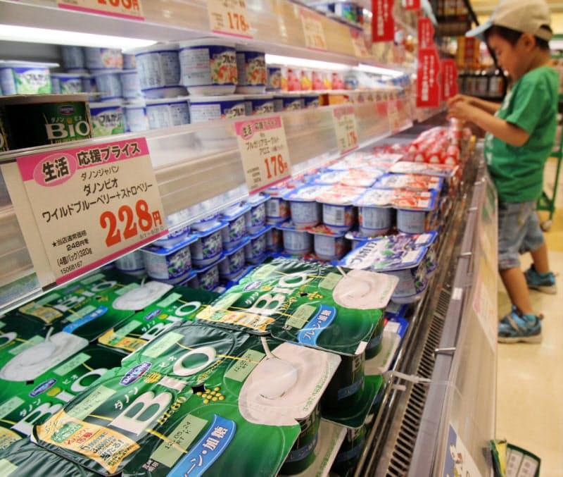 仏食品大手のダノンも、フランスが2019年に法改正で設けた新たな会社形態「使命を果たす会社」を選択した(ダノンの商品が並ぶ乳製品売り場)