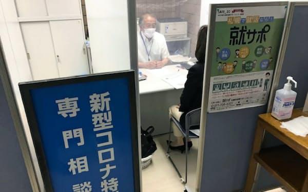 新型コロナの就業専門相談窓口には求職者など多くの人が相談に訪れる(6月、札幌市)