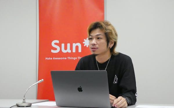 東証マザーズ上場後に記者会見を開くサンアスタリスクの小林泰平CEO(東京・中央)