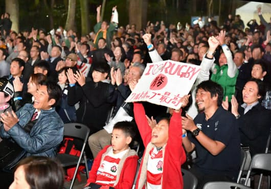 ラグビーW杯決勝戦のパブリックビューイング会場で盛り上がるファン(京都市左京区の下鴨神社)