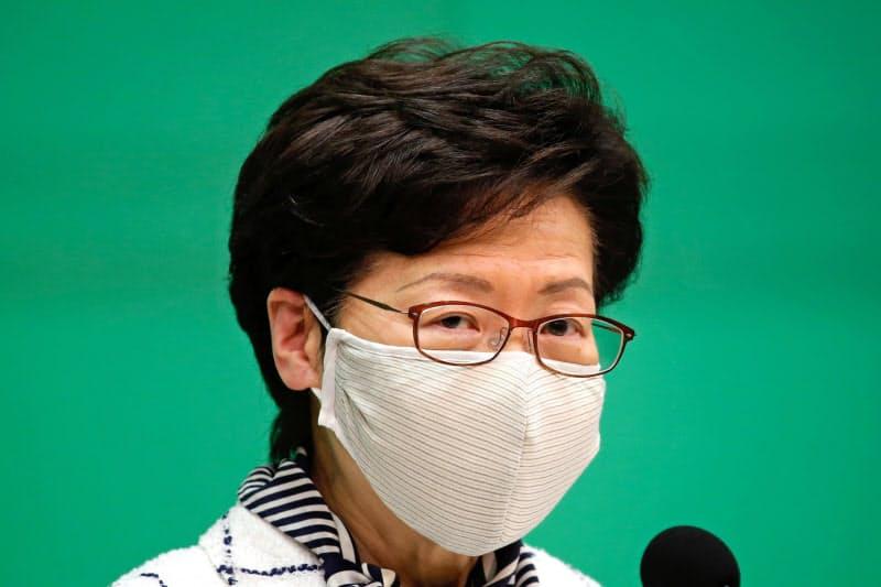 コロナ対策を発表する林鄭月娥・行政長官(7月13日、香港)=ロイター