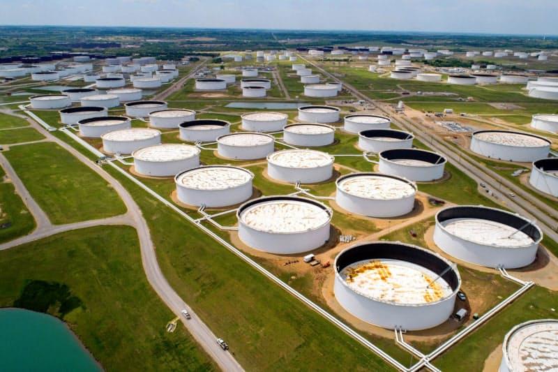 コロナ危機で消費国の石油離れは加速しそうだ(4月、米オクラホマ州の石油貯蔵タンク)=ロイター