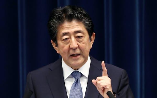 記者会見に臨む安倍首相(6月18日、首相官邸)
