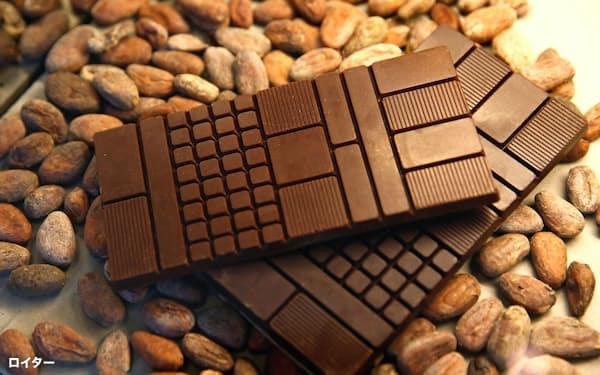 高級チョコレートの販売が落ち込むなか、カカオ豆相場も大幅に値を崩している=ロイター