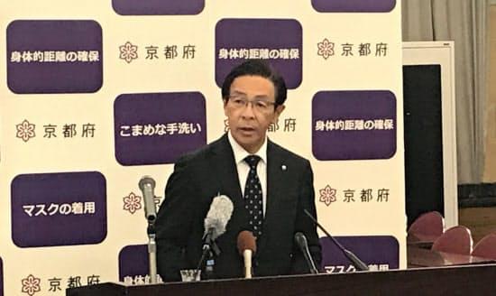 感染拡大防止策を発表する京都府の西脇隆俊知事(31日、京都市で)