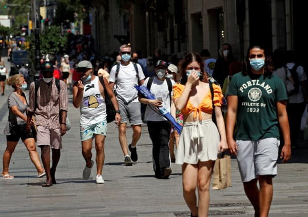 スペインでは新型コロナの感染者数が増えている(27日、バルセロナ)=ロイター