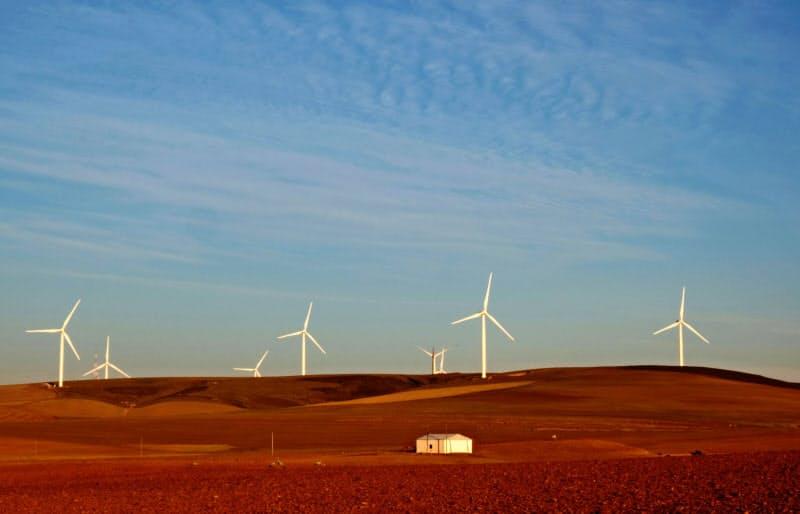 エネルギー源の低炭素化が中長期で進む(南アフリカの風力発電所)=ロイター