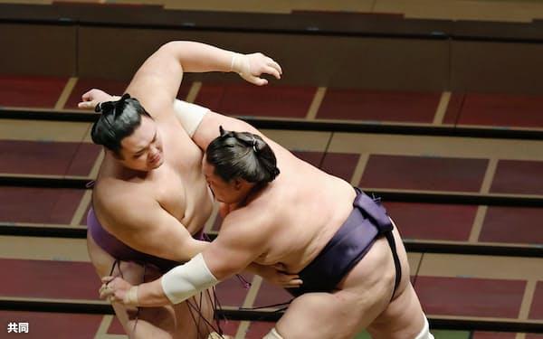 照ノ富士(右)が寄り切りで朝乃山を破る(31日、両国国技館)=共同