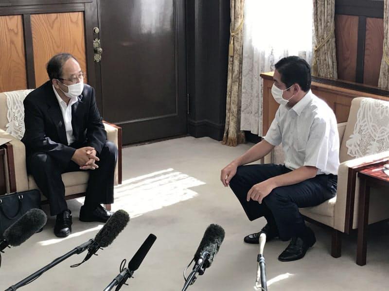 高門・伊方町長(左)の報告を受ける中村・愛媛知事(31日、県庁)