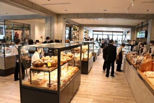 1階のベーカリーフロアには多種類のパンが並ぶ