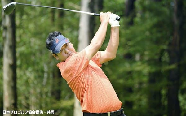 最終日、ショットを放つ柳沢伸祐(31日、朝霧CC)=日本プロゴルフ協会提供・共同