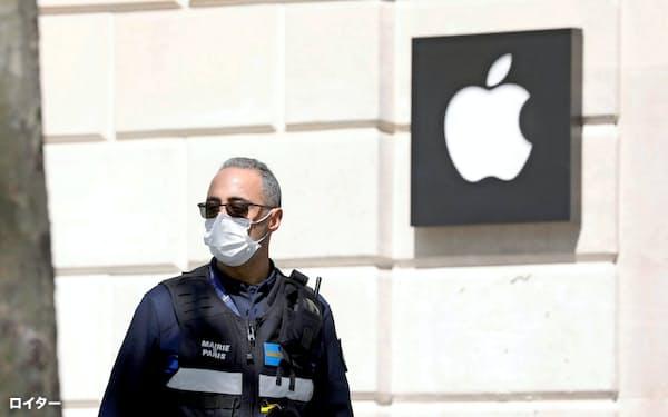 アップル株は31日、上場来高値を更新した(4月、仏パリ市内の店舗)=ロイター