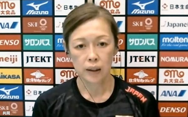 オンラインでの取材に応じるバレーボール女子日本代表の中田久美監督(31日)=共同