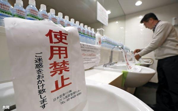 断水のため羽田空港第2ターミナルビルのトイレに張られた使用禁止の張り紙(2019年11月)=共同