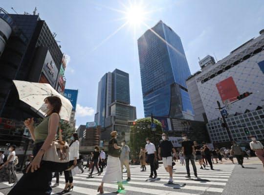 強い日差しの下、マスクをつけて歩く人たち(1日午前、東京都渋谷区)