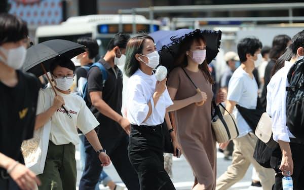 マスク着用で熱中症にかかる人が増えると懸念される(東京都渋谷区)