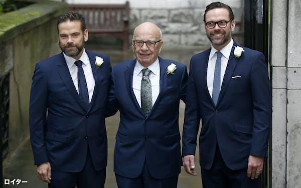 ジェームズ・マードック氏(右)と「メディア王」のルパート・マードック氏(中)=ロイター