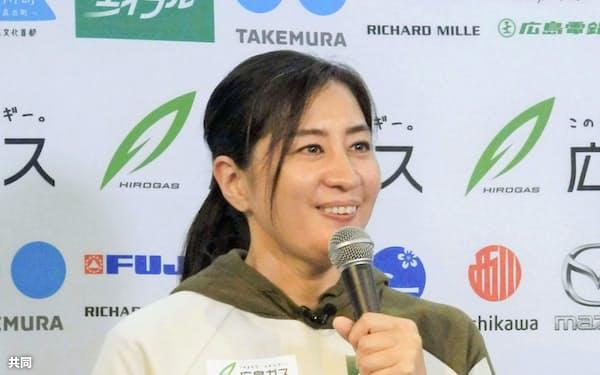 記者会見で意気込みを語るスノーボード女子の竹内智香(1日、東京都渋谷区)=共同