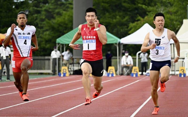 男子100メートル決勝 10秒04をマークして優勝した桐生祥秀=中央(1日、富士北麓公園陸上競技場)=共同