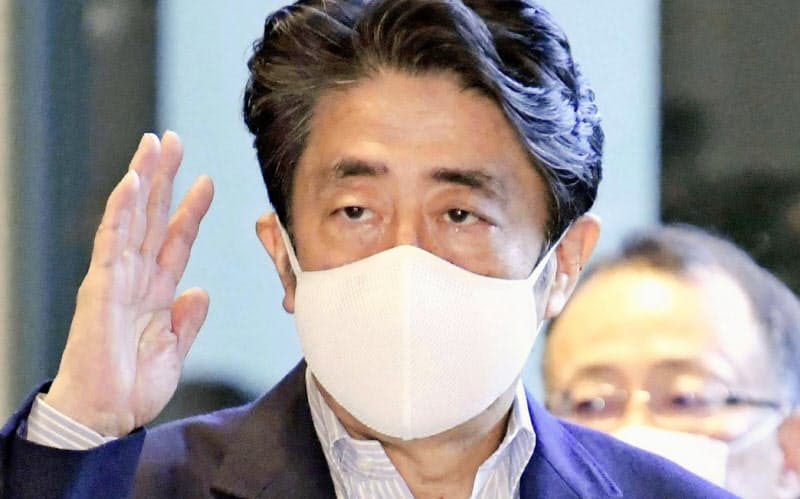 首相、「アベノマスク」着けず